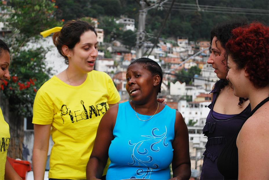 Sandra Reis (colaboradora e moradora da comunidade de Piedade – Espírito Santos) com a equipe do projeto