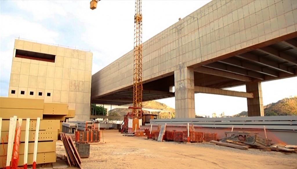 Construction of the museum Cais das Artes. Architecture by Paulo Mendes da Rocha. Still from the vídeo documentary Cais das Artes – Um maciço eco poético, by artist Ivo Godoy. Made by: State of Espírito Santo & FGV Projetos.