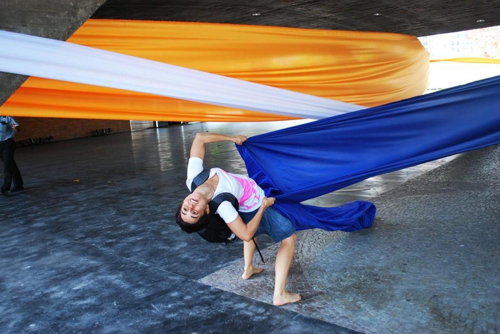 "DouAções (special ""given actions"" with artists): Intervention with artist/educator Gabriela Gusmão"