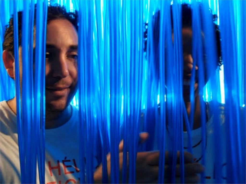 Mediadores Rodrigo Paes e Camila Rangel, experimentando a obra Penetrável de Hélio Oiticica