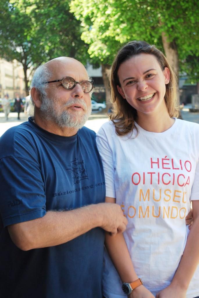 O artista Artur Barrio e Stefânia Paiva, mediadora da mostra. Praça XV, Rio de Janeiro