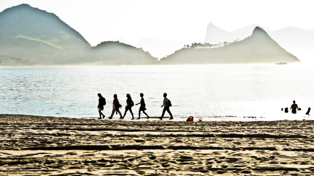 Vivian Caccuri, Silent Walk, Niterói, 2013. Photo: Daniel Leão