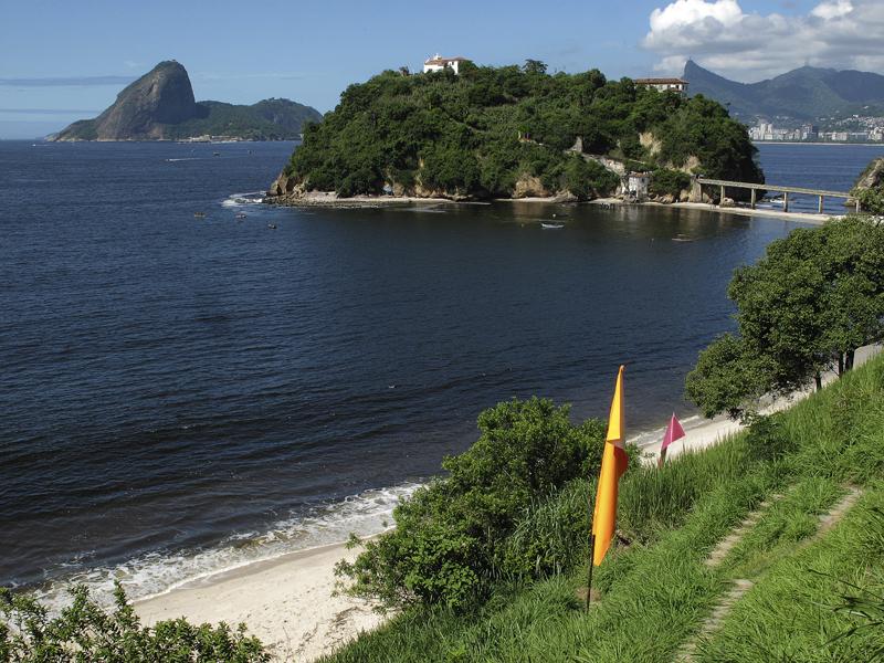 Praia e Ilha da Boa Viagem com as bandeiras de identificação. 2013. Foto Joana Mazza.