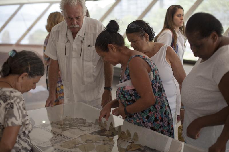 Visit of the community with Carlos Vergara at MAC de Niterói. Photo Rafael Coelho.