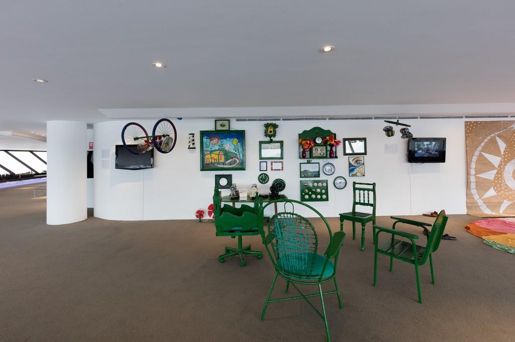 Obras da Casa Verde, do Sr. Hernandez José da Silva, Ignês de Albuquerque e Priscila Grimberg. Foto da exposição Baía de Guanabara: Águas e Vidas Escondidas. Créditos da foto: Pat Kilgore, 2016.